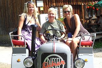 Selber fahren mit einem Oldtimer-Traktor - 3 Mädels auf dem Traktorausflug