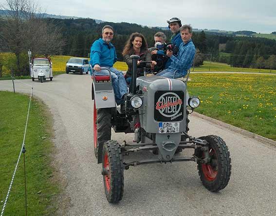 Fernsehteam auf Eicher-Traktor